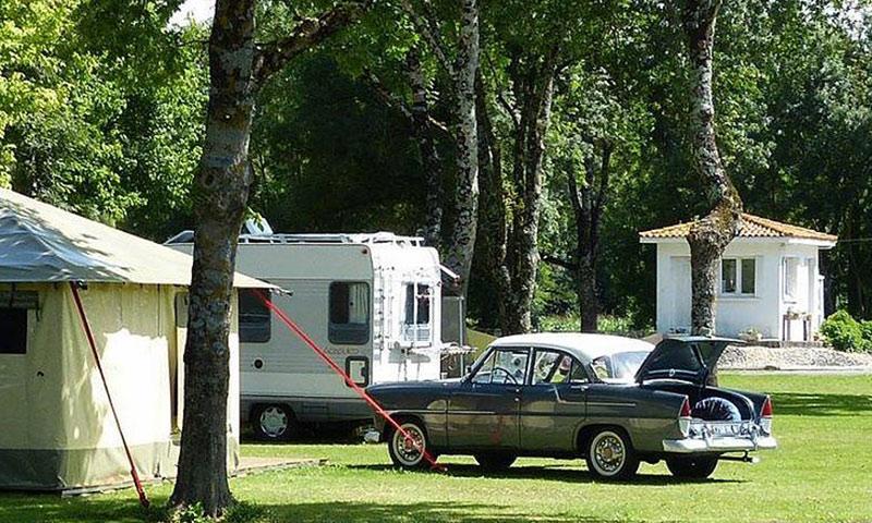 Montignac-Charente-camping-les-platanes-vieille-voiture